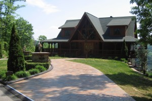 photo of a beautiful Lake Cumberland cabin rental. Log cabin with long drive in front