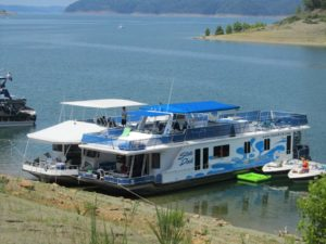 Family houseboat vacations on Lake Cumberland are a great way to make unique vacation memories and bring family and friends together.